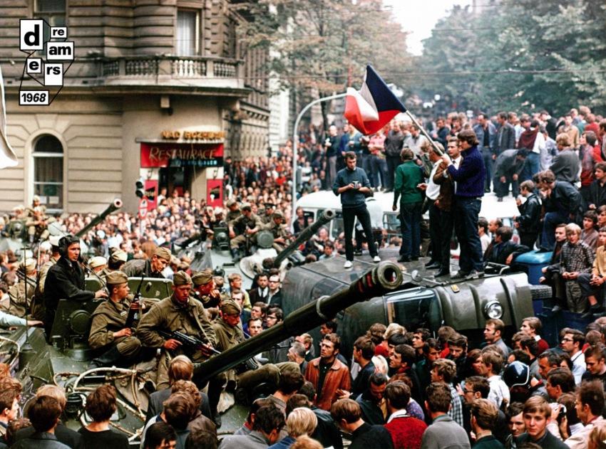 Abitanti di Praga su di un carrarmato sovietico in piazza San Venceslao, 21 agosto 1968. © Camera Press/Contrasto.