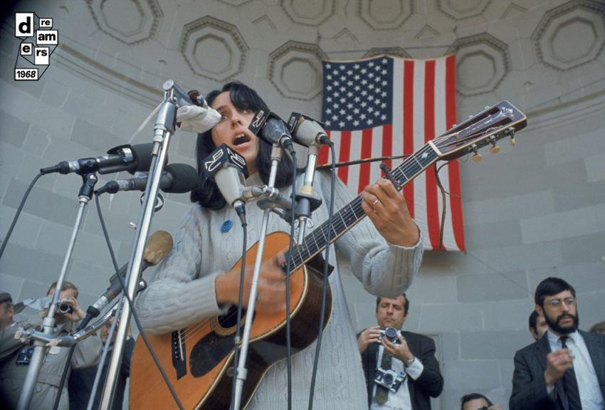 Joan Baez canta durante una manifestazione contro la guerra a Central Park a New York 3 aprile 1968. © Getty Images.