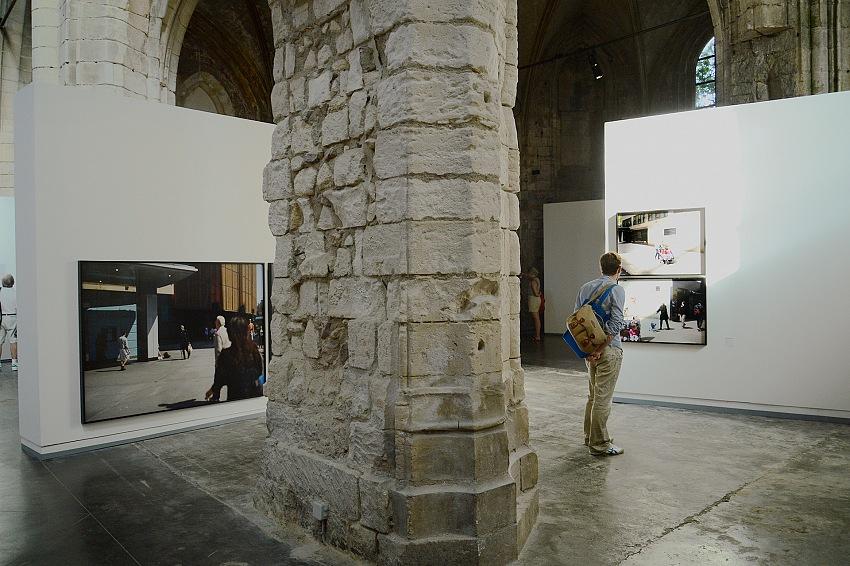 Un momento della visita alla mostra La blancheur de la baleine di Paul Graham in mostra presso l'Église des Frères Prêcheurs, nell'ambito di Les Rencontres de la Photographie 2018 ad Arles. © FPmag.